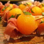 Boulettes de melon au jambon de Parme et basilic
