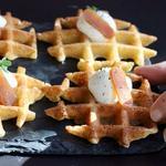 En Amuse-bouche : Gaufre à la farine de châtaigne, crème montée au raifort, poutargue maison et thym citron