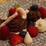Pavlova au fruits rouges et mousse au chocolat