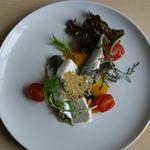Sardines marinées à la coriandre, Ketchup de poivron jaune et Tuile de parmesan