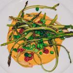 Salade d'asperges enroulées, graines de moutarde infusées à la framboise, coulis de poivron rouge rôti et petits pois frais