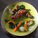 Magret de canard, choux pak choi braisés, topinambours rôtis, pickles d'oignons rouges et de carottes
